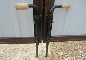 установка замка и вертикальных запоров
