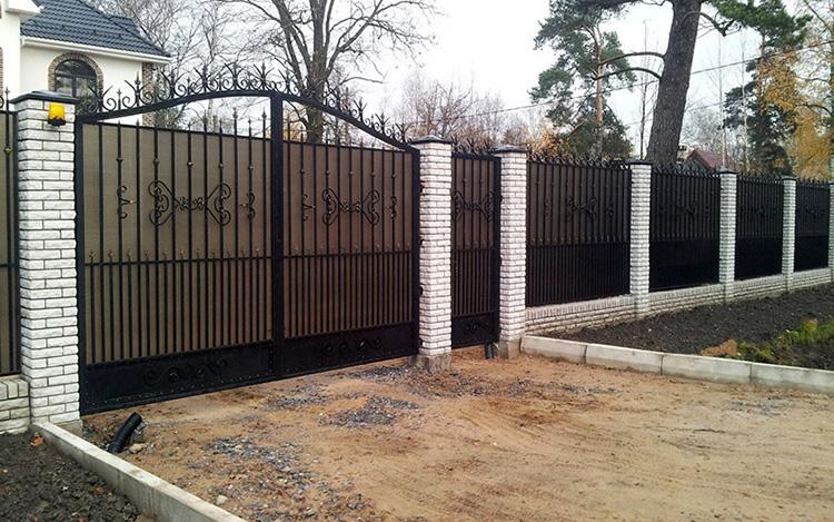 забор кованый и поликарбонатный