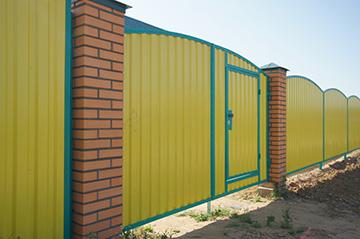 желтый забор