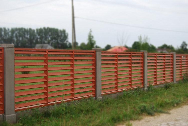 забор из дерева с бетонными столбами
