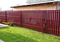 забор в красном цвете из евроштакетника