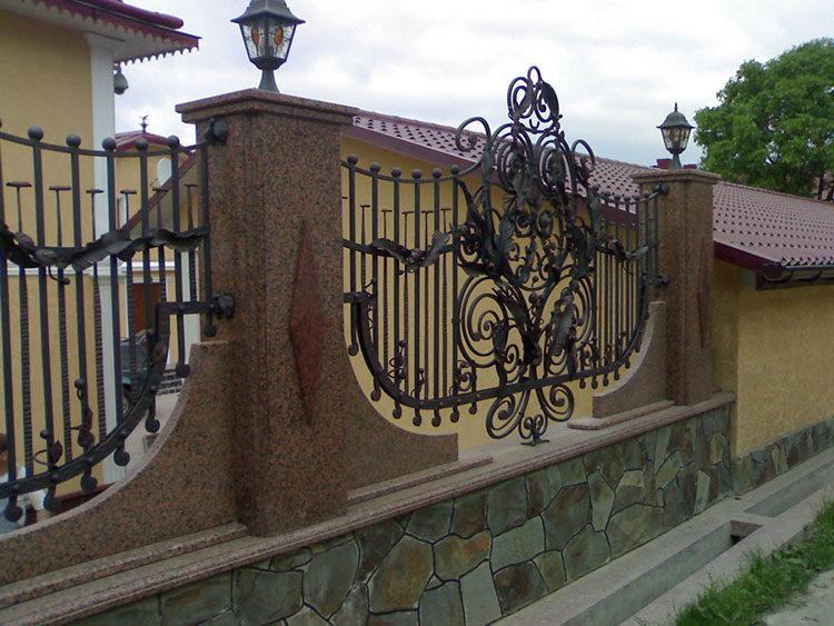 забор с применением камня и металлических обрешеток