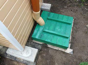 выгребная яма позади туалета